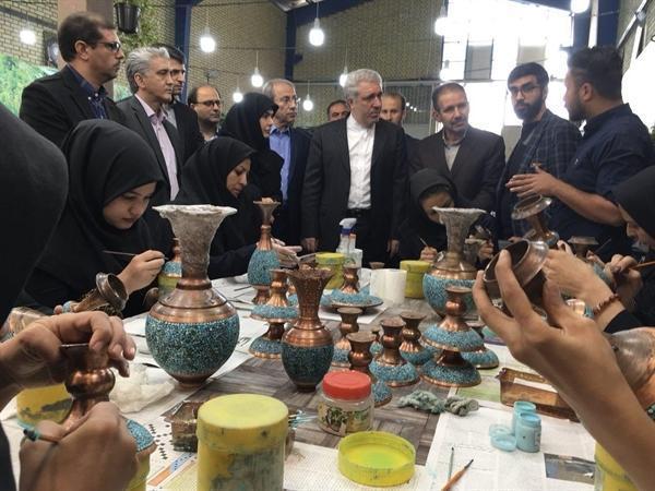 مونسان وارد اصفهان شد، بازدید از کارگاه فراوری هنر سنتی فیروزه کوبی
