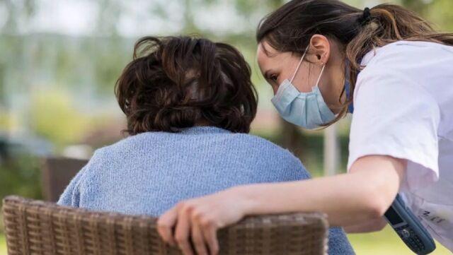 خبرنگاران فرانسه محدودیت ملاقات خانواده ها از بستگان خود در خانه سالمندان را لغو کرد