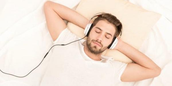 محققان: موسیقی قبل از خواب را ترک کنید